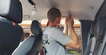 Demontage des Dachhimmel eines Ford Ranger Pickup Adventure Truck Dienstleistung